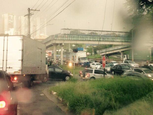 Por causa da queda de árvores na Raposo, trânsito na região ficou travado. (Foto: Daniela Dias/VC no G1)
