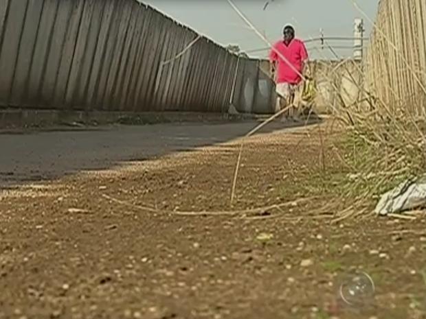 Passarela na Vila Sotemo gera reclamação de moradores em Itapetininga (Foto: Reprodução/TV TEM)
