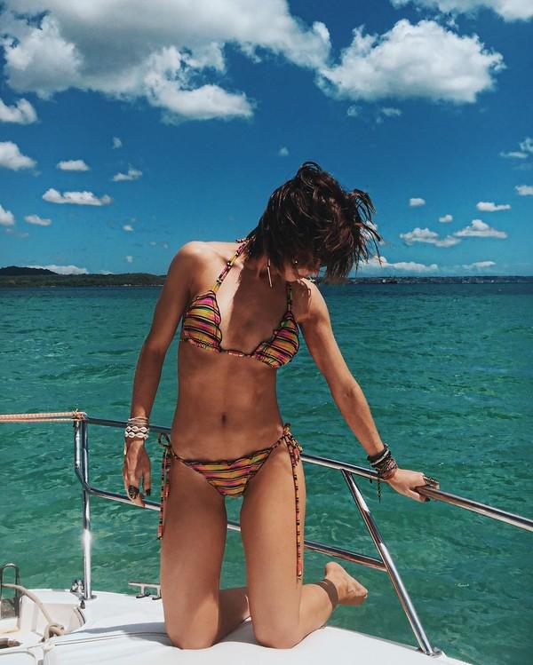Julianne Trevisol posa de biquíni e mostra corpo sequinho
