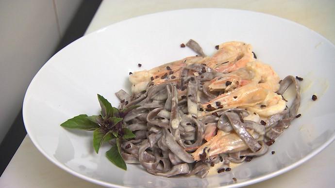 Macarrão tagliatelle de cacau pode ser servido com molho branco e camarão (Foto: TV Bahia)