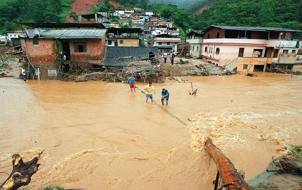 TRAGÉDIA Enchente em Nova Friburgo em 2011. Na ocasião, as vítimas na Região Serrana do Rio de Janeiro chegaram a 909, num rastro de destruição de prédios, estradas e pontes  (Foto: Marcos de Paula/AE)