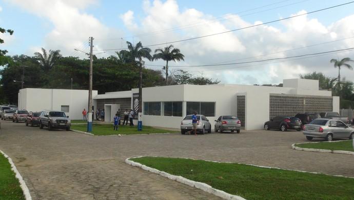 Fachada da concentração do Centro Sportivo Alagoano (Foto: Denison Roma / GloboEsporte.com)