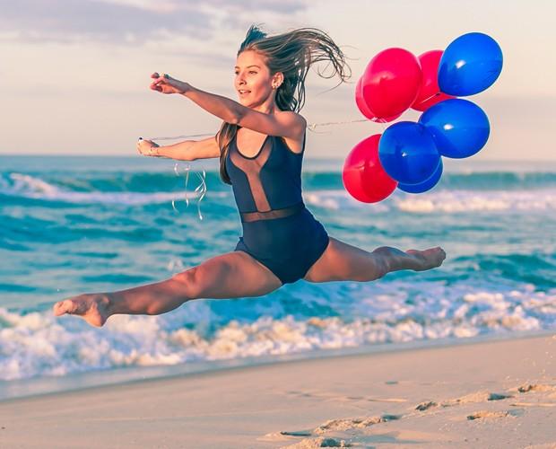 Clarissa Barbio mostra flexibidade em ensaio com alusão ao balé (Foto: Rafael Magalhães/TV Globo)