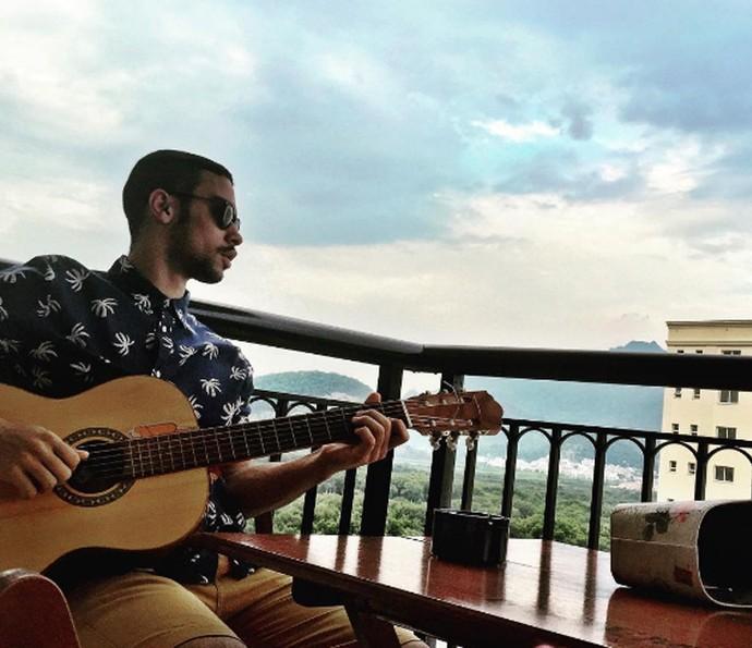 Sérgio Malheiros tocando violão (Foto: Arquivo pessoal)