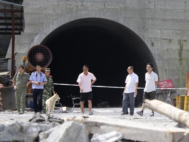 Policiais e bombeiros em frente à entrada do tunel onde houve a explosão, em Yanling, província de Hunan, na China (Foto: Reuters)