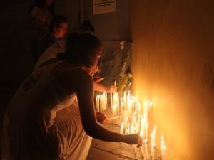 Pessoas acendem velas para menina Beatriz em Petrolina (Foto: Juliane Peixinho / G1)