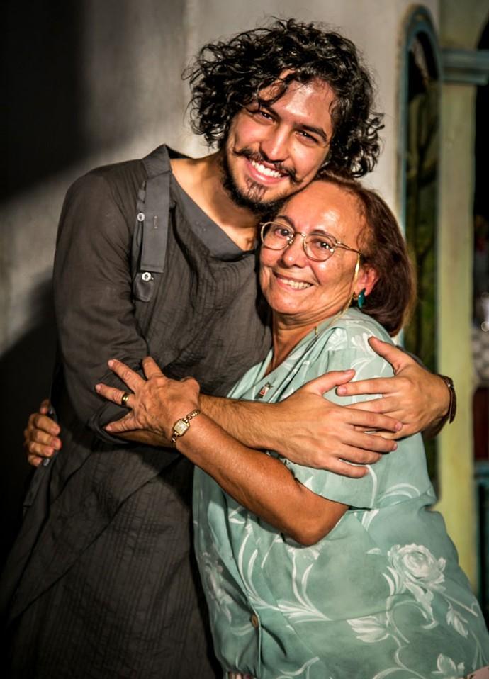 Gabriel Leone e Zezita Matos posam nos bastidores das gravações (Foto: Paulo Belote/ Globo)