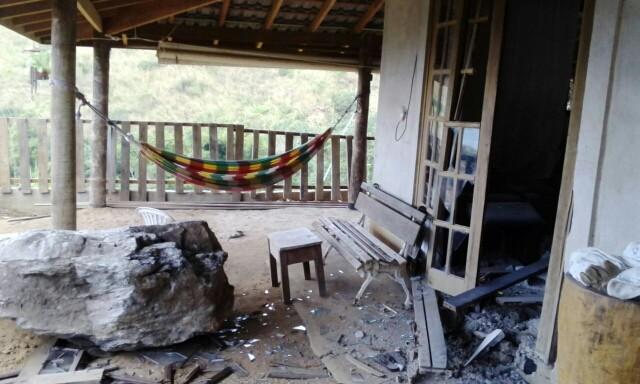 Pedra invadiu casa na região central de São Sebastião (Foto: Márcia Moura dos Santos / Vanguarda Repórter )
