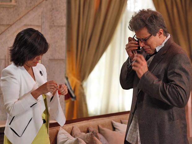 Felipe e Roberta choram por ter errado na criação de seus filhos (Foto: Guerra dos Sexos/ TV Globo)