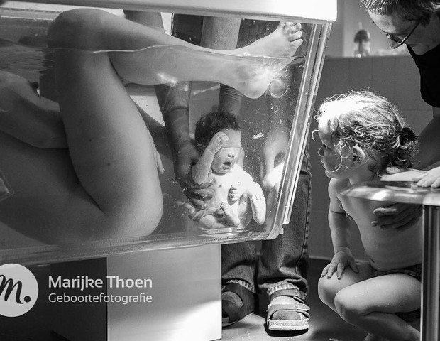 Menino nascendo dentro d'água (Foto: @marijkethoen_birthphotography)