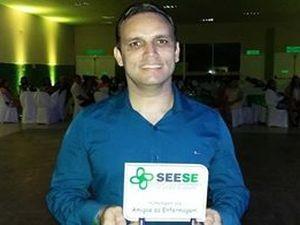 Jornalista Fredson Navarro recebe premiação em nome do G1 (Foto: Marina Fontenele/G1)