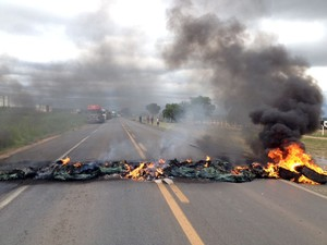 Caminhoneiros queimaram objetos na pista para bloquear rodovia (Foto: Arquivo pessoal)
