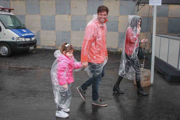 Dado Dolabella e a filha, Ana Flor, com a namorada, Gabi Paschoal (Foto: Raphael Castelo/AgNews)