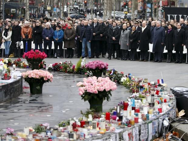 Cerimônia na Praça da República em homenagem às vítimas dos atentados no ano passado em Paris, no domingo (10) (Foto: Charles Platiau/Reuters)