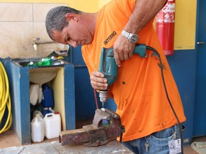 Preso usa furadeira para fazer buraco de 4,5 mm no tampão que era fechado (Foto: Gabriela Pavão/ G1 MS)