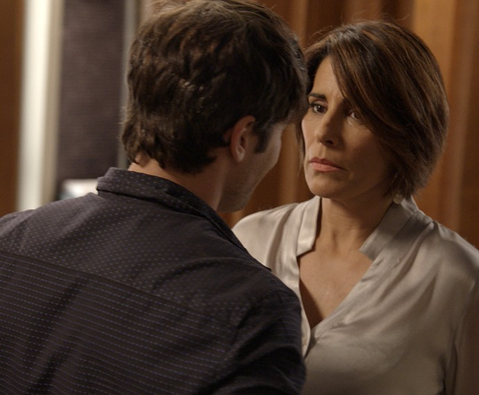 Beatriz cede a chantagem de Murilo (Foto: TV Globo)