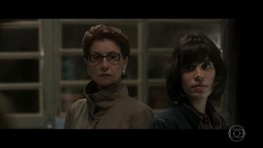 Vera se assusta ao dar de cara com Alice em sua casa
