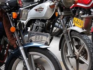 Alguns países, como a China, exigem placa também na dianteira da moto, além da traseira (Foto: Rafael Miotto/G1)
