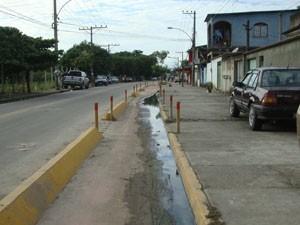 Ciclistas enfrentam cheiro ruim na ciclovia da Avenida João XXIII, em Santa Cruz. (Foto: Mariucha Machado/G1)