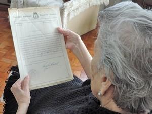 Idosa guarda certificado de autenticidade (Foto: Ariane Viana/G1)