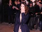 Megan Fox manda beijo e dá tchauzinho em première de filme