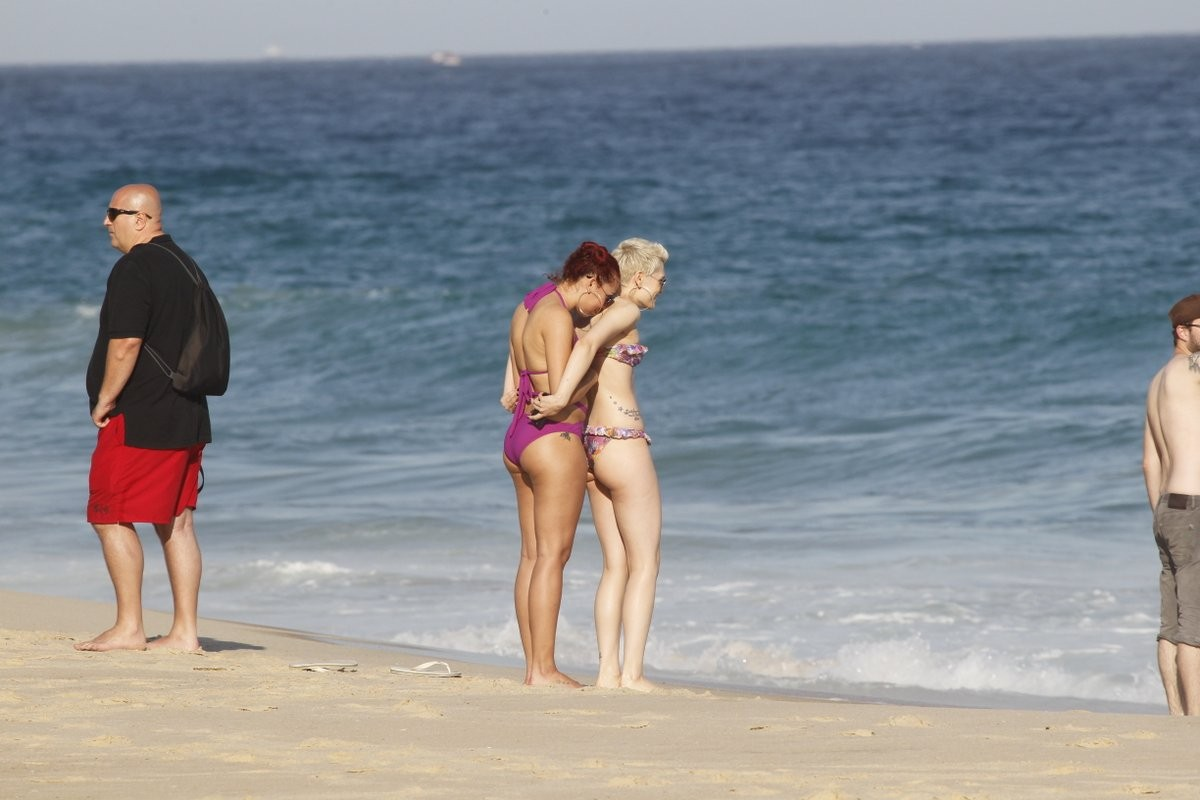 Jessie J recebe carinho de amiga (Foto: Delson Silva e Gabriel Rangel/ Agnews)