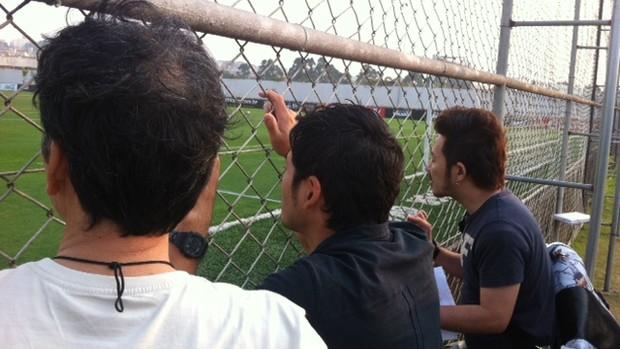 Japoneses assistem ao treino do Corinthians no CT Joaquim Grava (Foto: Carlos Augusto Ferrari / globoesporte.com)
