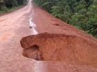 Erosão abre buraco em trecho de estrada em Oiapoque, no Amapá