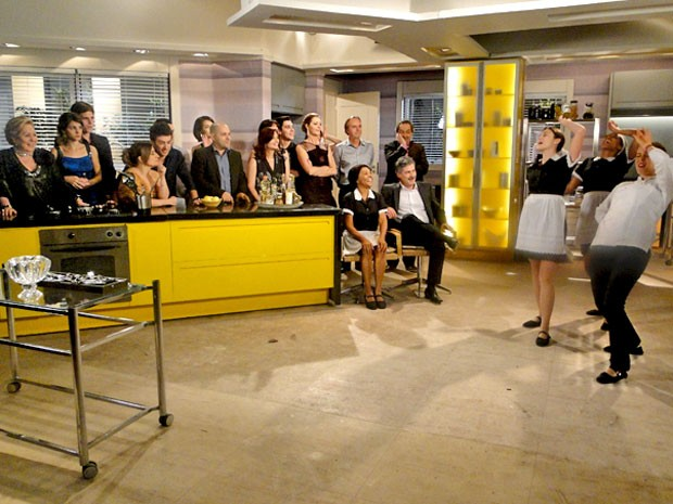 Os convidados ficam de bobeira com a apresentação das Empreguetes (Foto: Cheias de Charme / TV Globo)