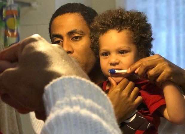 Ícaro Silva e o pequeno Antonio, filho de Igor Rickli e Aline Wirley (Foto: Reprodução/Instagram)