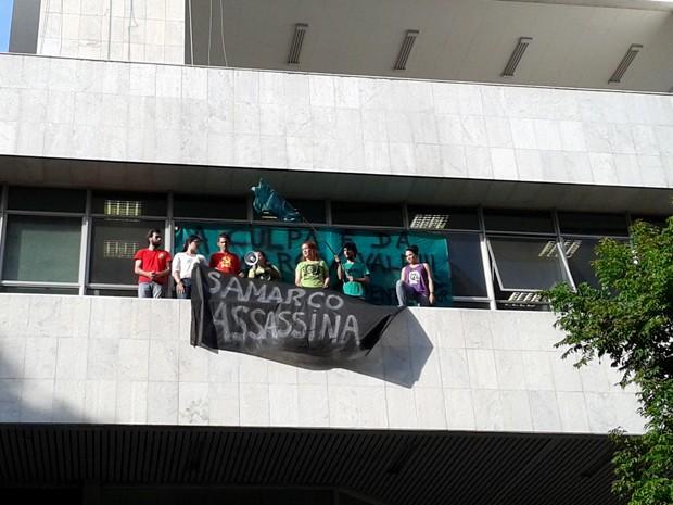 Movimento estudantil faz protesto no escritório da Samarco em Belo Horizonte (Foto: Humberto Trajano/ G1)