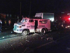 Carro-forte ficou destruído após ação de quadrilha na Rodovia Anhanguera, em Araras (Foto: Fábio Peixoto/Arquivo Pessoal)
