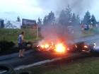 Manifestantes bloqueiam novos trechos e ateiam fogo em pneus