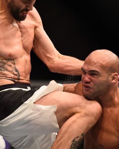 gettyimages-503212380 Lawler mantém cinturão em combate eletrizante contra Condit no UFC 195