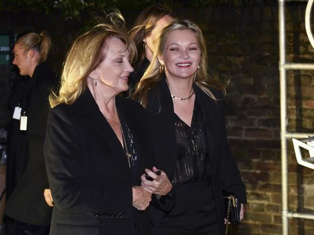 Kate Moss e a mãe, Linda Rosina Shepherd, em evento de moda em Londres, na Inglaterra (Foto: Ben Stansall/ AFP)
