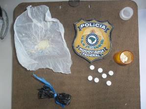 Papelotes de cocaína e anfetaminas são apreendidas por policiais rodoviários. (Foto: Divulgação/Polícia Rodoviária Federal)