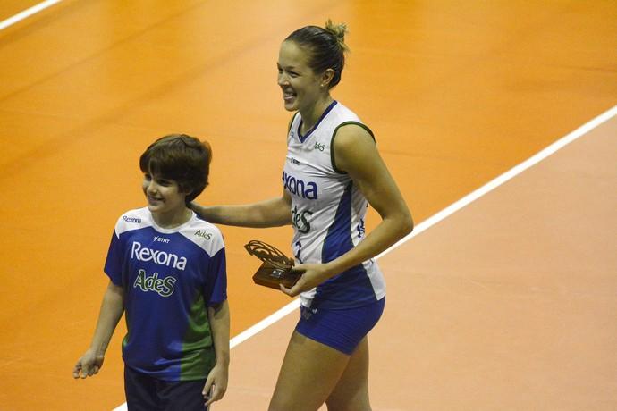 Monique foi escolhida pela galera a melhor jogadora da partida (Foto: Alexandre Arruda/CBV)