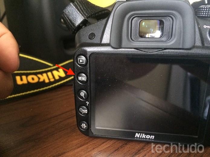 Acessando o menu de uma câmera DLSR da Nikon (Foto: Marvin Costa/TechTudo)