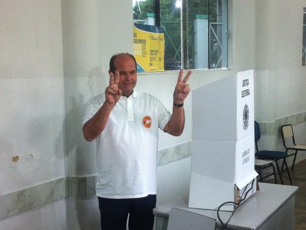 Candidato a prefeito de Valadares, André Merlo (PSDB), votou às 9h10 no Colégio Clóvis Salgado (Foto: Sávio Scarabelli/G1)