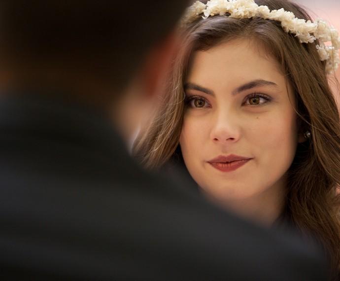 Bi fica encantada com o noivo (Foto: Fabiano Battaglin/Gshow)