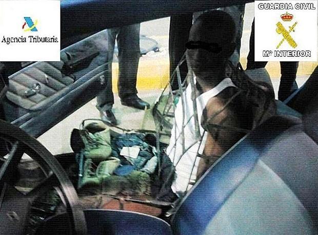 Em setembro, um imigrante ilegal foi flagrado tentando entrar na Espanha escondido dentro de um assento de um carro Renault. O homem de 20 anos da Guiné foi detido pelas autoridades em Melilla, na fronteira com o Marrocos. (Foto: Divulgação)