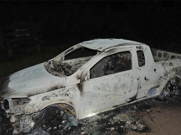 A polícia acredita que os documentos do casal foram queimados junto com o carro em Castanheiras. (Foto: Divulgação/Comando 190)