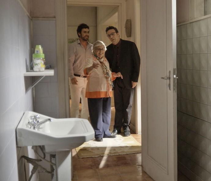 Marieta mostra as dependências da casa para os dois, que ficam inconformados (Foto: TV Globo)