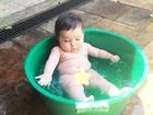 Jéssica Costa mostra filho tomando banho de bacia: 'Eu posso com isso?'