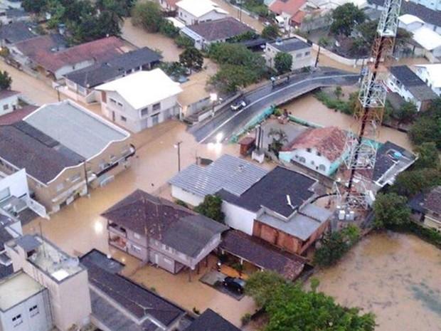 Ruas centrais de Palhoça ficaram totalmente alagadas  (Foto: Rodrigo Mascarenhas/Jornal Vip)