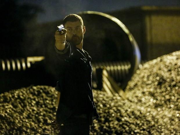 Maurílio e sua arma (Foto: Ellen Soares/Gshow)