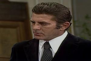 César pede demissão como prova de seu amor por Carina