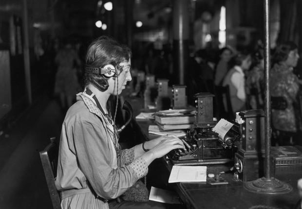 Trabalhadora escreve telegrama em setembro de 1932 (Foto: Topical Press Agency/Getty Images)