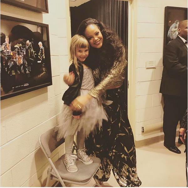 A filha da cantora Pink abraçada com a cantora Rihanna (Foto: Instagram)