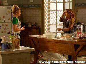 Meg envergonhada diante de Vera. (Foto: Malhação/ TV Globo)